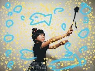 女の子,少女,ペン,人,芸術,小学生,ポーズ,8歳,紙,おえかき,スケッチ,夢の世界,おうち時間,スマホでお絵かき,アプリで遊ぼう