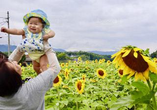 孫と一緒の写真・画像素材[2434870]