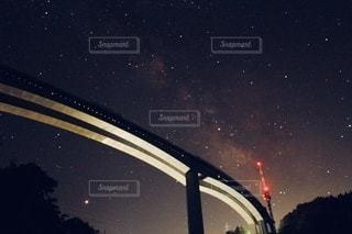 天の川と橋の写真・画像素材[3582301]