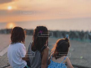 楽しかった今年の夏の旅行の海水浴の終わりに黄昏る三姉妹の写真・画像素材[2833560]