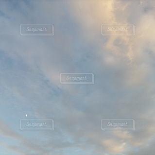 雲と月の写真・画像素材[2425768]