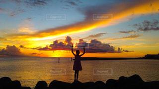 水の体の上の夕日の写真・画像素材[2430612]