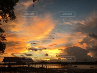 水の体の上の夕日の写真・画像素材[2427433]