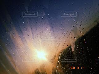 雫と共に輝く太陽の写真・画像素材[2432984]