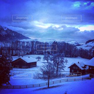 雪に覆われた山の写真・画像素材[2434062]
