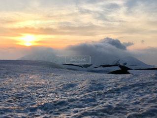 雪と山と雲と夕日の写真・画像素材[2447092]