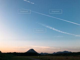 空を飛ぶ凧の写真・画像素材[2434299]