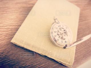 懐中時計と本の写真・画像素材[2444443]