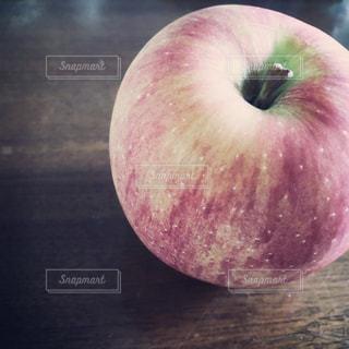 ちょっと酸っぱい早生リンゴの写真・画像素材[2445634]