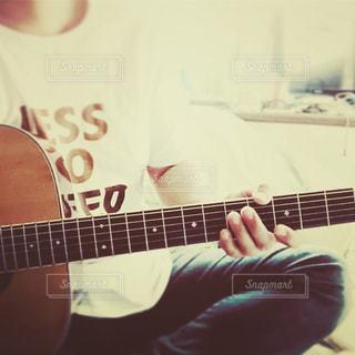 オールドギターと私の写真・画像素材[2462028]