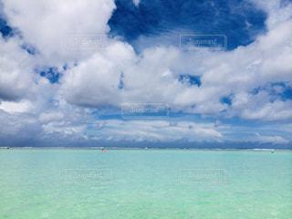 曇り青い空を持つ大きな水域の写真・画像素材[2440423]