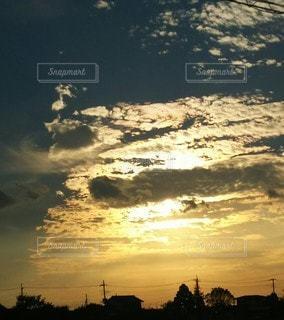 雲の隙間からさす光の写真・画像素材[2435365]