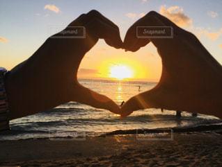 海,空,夕日,カップル,屋外,海外,太陽,ビーチ,綺麗,砂浜,夕暮れ,手,光,ハート,旅行,ハワイ,ワイキキ