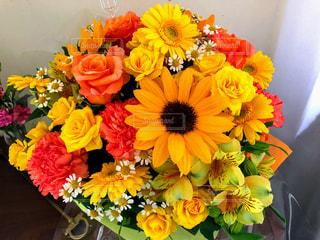 テーブルの上の花瓶に花束の写真・画像素材[3087967]