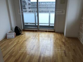 窓の隣にある硬い木の床のクローズアップの写真・画像素材[4262892]