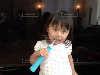 歯を磨く小さな女の子の写真・画像素材[2448017]