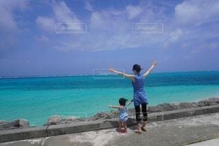 海を眺める親子の後ろ姿♪の写真・画像素材[2548332]