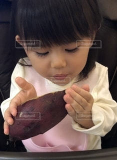 早く食べたくて仕方がないけど、食べ方がわからない娘。の写真・画像素材[2675130]
