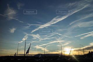 行き交う飛行機雲の写真・画像素材[2442326]