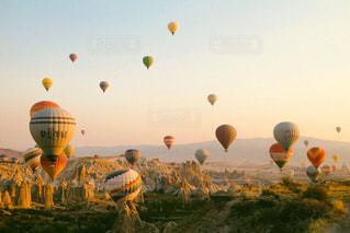 空に熱気球の写真・画像素材[2443609]