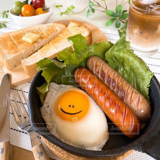 食べ物の皿をテーブルの上に置くの写真・画像素材[3267847]