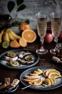 シャンパンで乾杯の写真・画像素材[2613836]