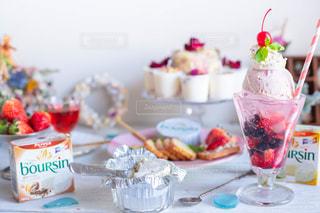 テーブルの上のガラス瓶のグループの写真・画像素材[3233547]