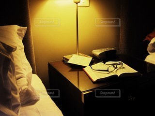 寝る前の読書の写真・画像素材[2511068]