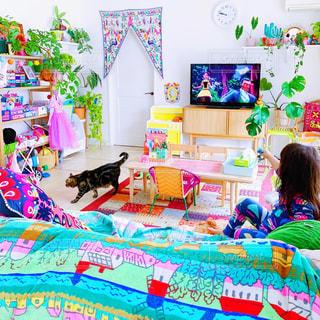 ベッドに座っている少女の写真・画像素材[2505808]