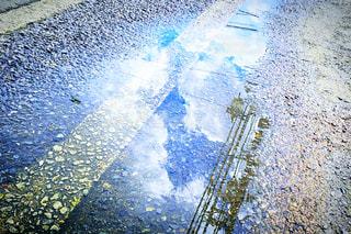 水溜りに浮かぶ雲の写真・画像素材[2442209]