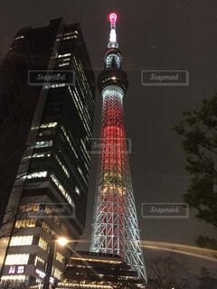 夜にライトアップされた高い建物の写真・画像素材[4401993]