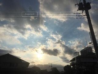 空,屋外,太陽,白,雲,青空,青,光,電線,明るい,くもり,日中