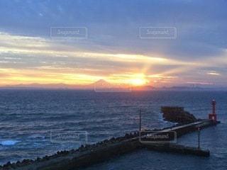海に沈む夕日の写真・画像素材[3557858]