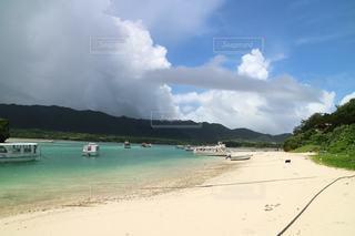 砂浜の上に座っているボートの写真・画像素材[3557879]
