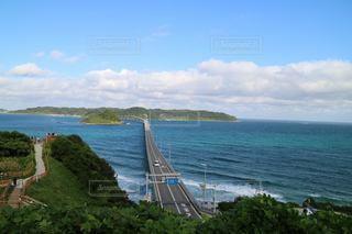 水の体に架かる橋の写真・画像素材[3557884]
