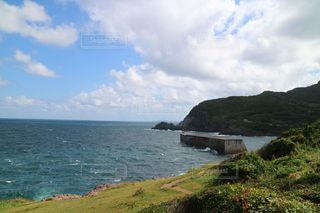 水域の真ん中にある島の写真・画像素材[3557887]
