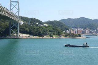 水域に架かる橋を渡る船の写真・画像素材[3557890]