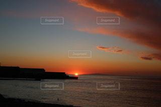 水の体に沈む夕日の写真・画像素材[3557893]