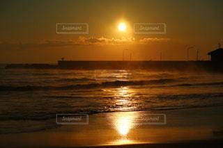水の体に沈む夕日の写真・画像素材[3557895]