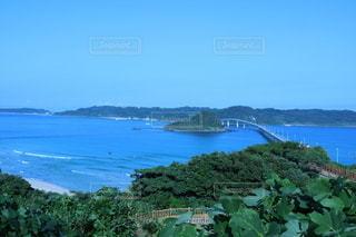 水域の真ん中にある島の写真・画像素材[3557907]