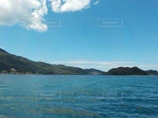 水域の真ん中にある島の写真・画像素材[3557910]