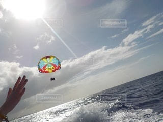 海岸で凧を飛ばす人の写真・画像素材[3557923]