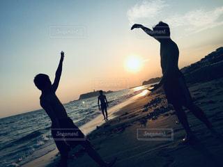 自然,海,太陽,ビーチ,夕暮れ,男,青春,フィルム,湘南,天気,フィルム写真,3人組,フィルムフォト
