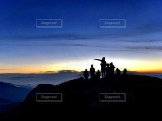 長野 木曽駒ヶ岳 登山のご褒美 山頂の日の出の写真・画像素材[2563750]