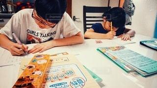 キッチン,屋内,室内,テーブル,座る,ノート,小学生,勉強,姉妹,自宅,テキスト,自習,学習,自宅学習