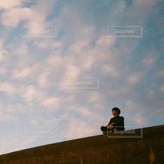 空を見上げるの写真・画像素材[2465176]