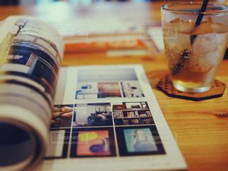 ボトルとテーブルの上のビールのクローズアップの写真・画像素材[2495771]
