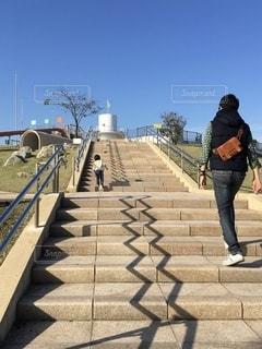 歩道を歩く人の写真・画像素材[2738680]