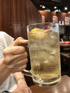 テーブル,グラス,乾杯,ドリンク,居酒屋,アルコール,ハイボール,デカい,大ジョッキ,メガはい