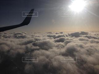 曇りの日に空を飛ぶ飛行機の写真・画像素材[2450322]